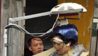 بالفيديو- للنساء فقط.. هل تجرؤين على استخدام مجفف الشعر هذا؟