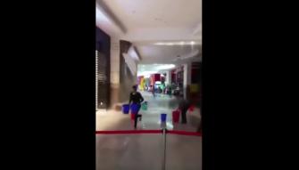 بالفيديو- لحظة انهيار سقف مجمع تجاري في قطر!!