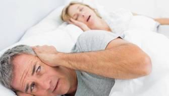 الشخير أثناء النوم هل يكون سبب انفصال الزوجين؟ وهل يشكل خطراً على الصحة؟