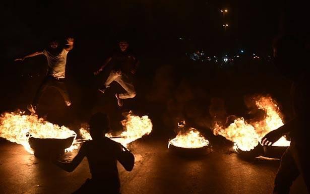 مصادر نيابية معارضة: تزامن مشبوه بين انفجار الشارع والدولار بعد صفقة التعيينات