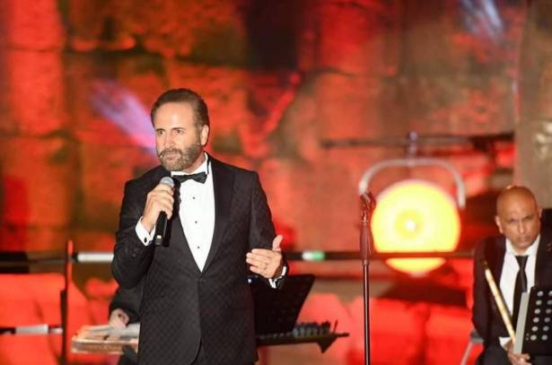 """غسان صليبا ينشد أشعاره الثوريّة ويدفع كلّ لبناني لأن """"يعلّي الصوت""""!"""